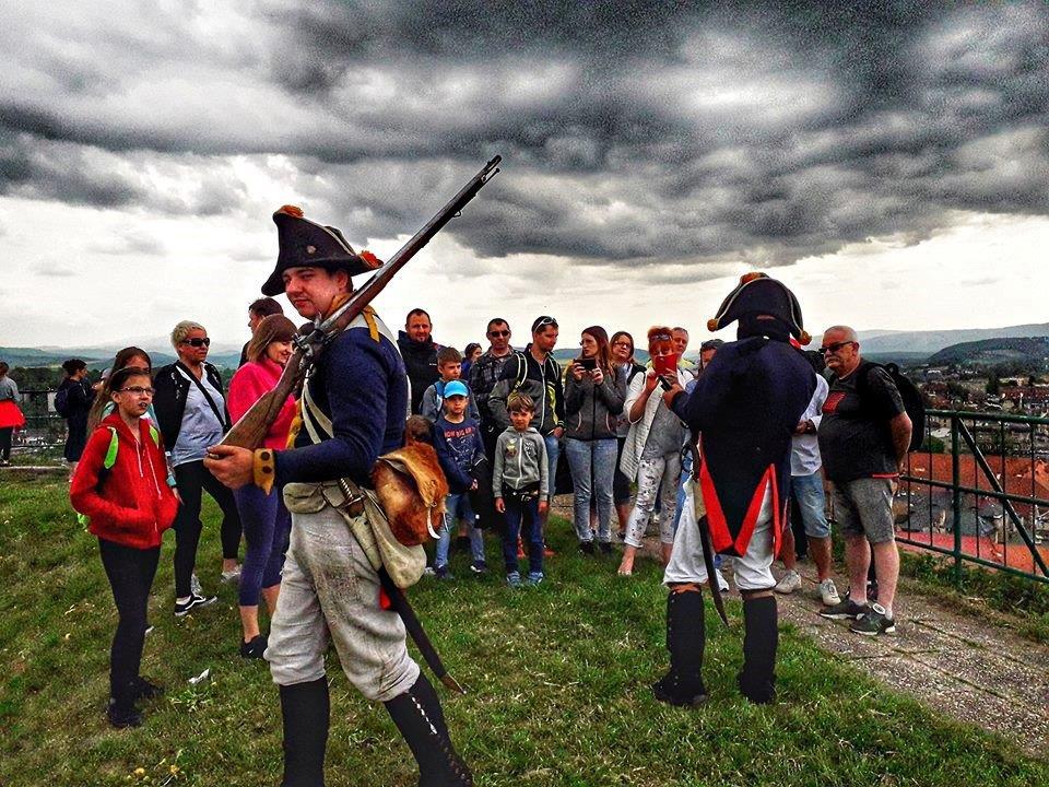 Przewodniczy w strojach żołnierzy pruskich z wycieczką na twierdzy