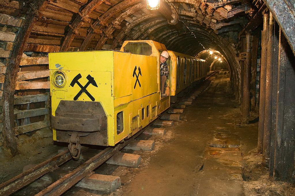 Podziemna kolejka w muzeum górnictwa w Nowej Rudzie.jpeg
