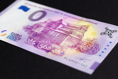 Pamiątkowy banknot 0 euro pod kątem